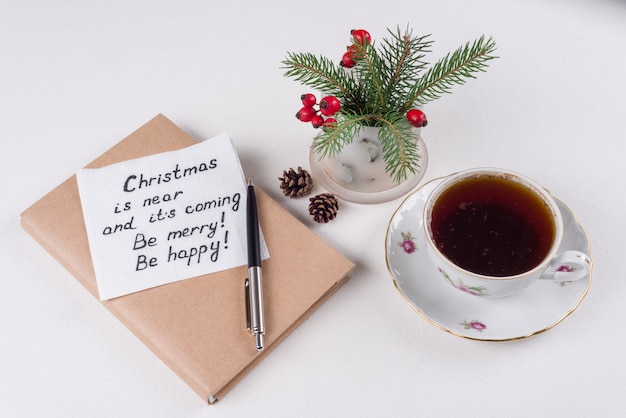 Wesołych świąt pozdrowienia lub życzenia - odręczny tekst z życzeniami na serwetce - boże narodzenie jest bliskie i nadchodzi bądź wesoły bądź szczęśliwy