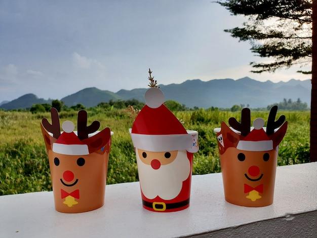 Wesołych świąt prezent na trawiastym polu i w punkcie widokowym na góry