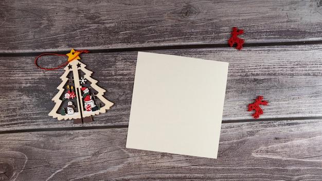 Wesołych świąt pusty kartkę z życzeniami na drewnianym tle.