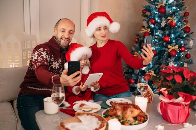 Wesołych świąt rodzina jedząca obiad w domu pozdrowienia wideo dla rodziców