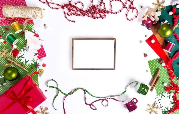 Wesołych świąt szablon transparent z makiety ramki boże narodzenie. miejsce do pakowania prezentów. dekoracja przedstawia tworzenie płaskiego widoku z góry boże narodzenie przygotowanie uroczystości diy koncepcja wystroju na białym tle.