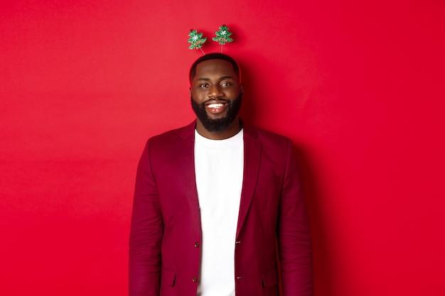 Wesołych świąt. szczęśliwy człowiek afroamerykanin świętuje nowy rok
