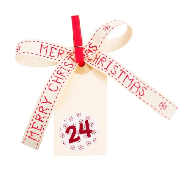 Wesołych świąt tag z kokardą na białym tle