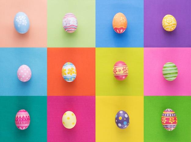 Wesołych świąt wielkanocnych dekoracji jajka na kolorowym papierze