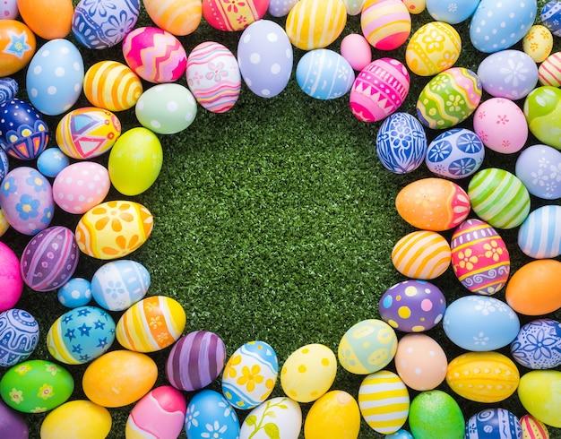 Wesołych świąt wielkanocnych dekoracji kolorowe jaja kształt na trawie