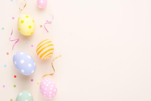Wesołych świąt wielkanocnych dekoracji kolorowe jajka na papierze