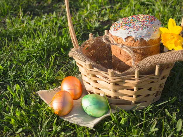 Wesołych świąt wielkanocnych. gratulacyjny wielkanoc. wielkanocny tort z easter jajkami na drewnianym parapecie. koncepcja wakacje