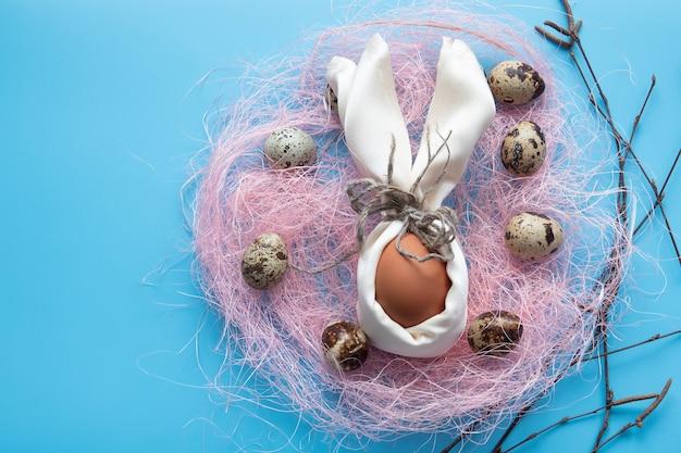Wesołych świąt wielkanocnych kartka z jajkami w gnieździe na drewnie