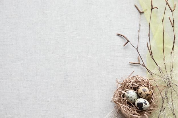Wesołych świąt wielkanocnych kompozycje z jajkami w gnieździe na drewnie
