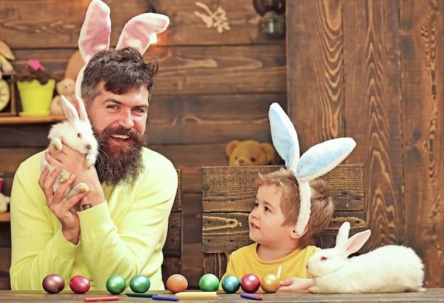 Wesołych świąt wielkanocnych. króliki z rodziny człowieka z uszami królika.