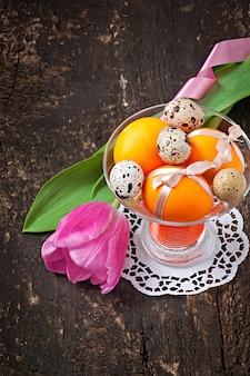 Wesołych świąt wielkanocnych. kwiaty i kolorowe jajka