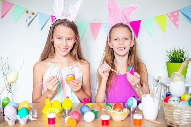 Wesołych świąt wielkanocnych. piękne małe dzieci na sobie uszy królika w dzień wielkanocy.