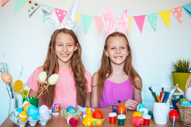 Wesołych świąt wielkanocnych piękne małe dzieci noszące uszy królika na wielkanoc