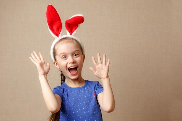 Wesołych świąt wielkanocnych. portret cute little girl ubrany w uszy królika wielkanocnego