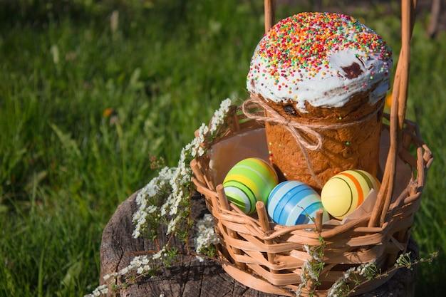 Wesołych świąt wielkanocnych. wielkanocny tort z easter jajkami na drewnianym parapecie. koncepcja wakacje