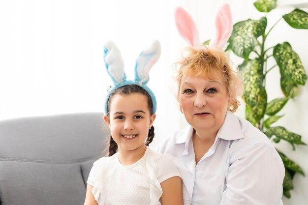 Wesołych świąt wielkanocnych z babcią i jej wnuczką