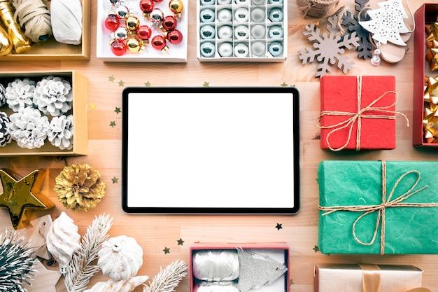 Wesołych świąt z pustym ekranem nowoczesnego tabletu