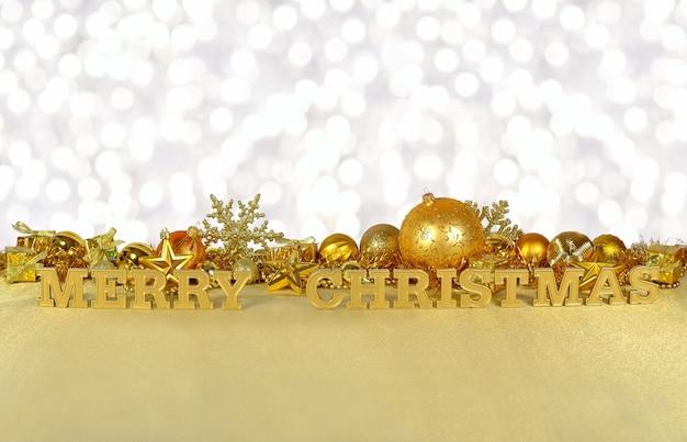 Wesołych świąt złoty tekst na tle złotych ozdób choinkowych na tle bokeh