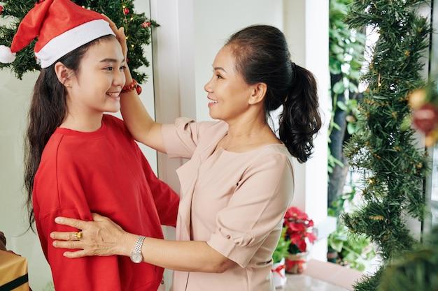 Wesołych świąt życzy wnuczce kobieta