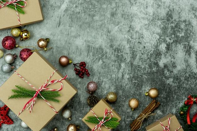 Wesołych świątecznych dekoracji. pudełko prezentowe i jodła na płasko położonych podstawowych przedmiotów różnicowych