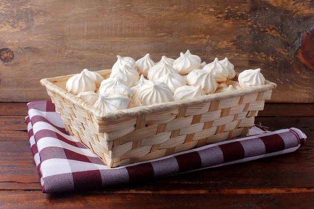 Westchnienie lub beza to słodycze zrobione z białek, cukru i cytryny w koszu na drewnianym stole
