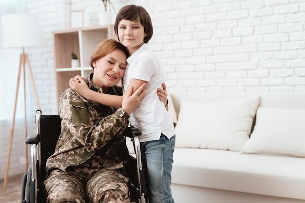 Weteran kobieta na wózku inwalidzkim wrócił do domu.
