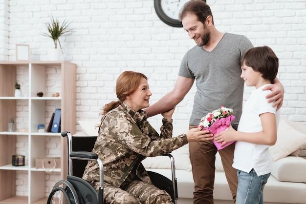 Weteran kobieta na wózku inwalidzkim wrócił z wojska.