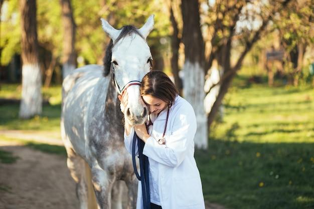 Weterynarz korzystający z konia na świeżym powietrzu na ranczo.