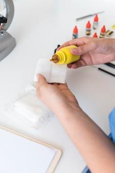Weterynarz wlewając substancji chemicznych na gazy medyczne