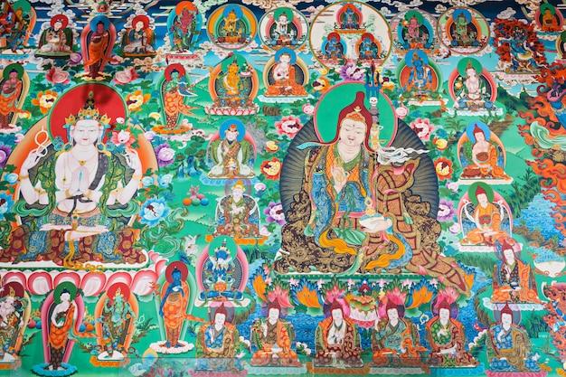Wewnątrz buddyjskiej świątyni
