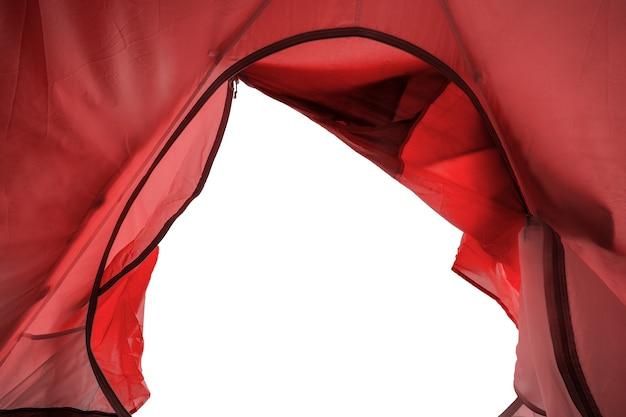 Wewnątrz czerwonego namiotu kempingowego z otworem na białym tle