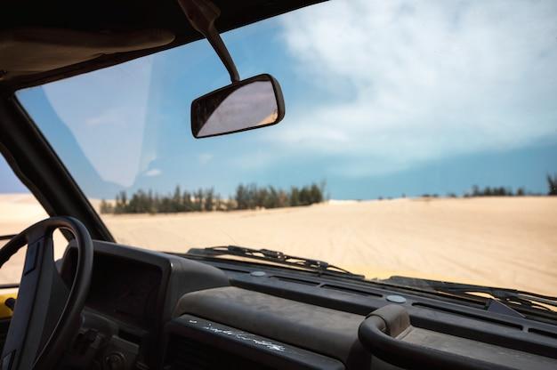 Wewnątrz czterokołowego samochodu jeżdżącego po wydmie