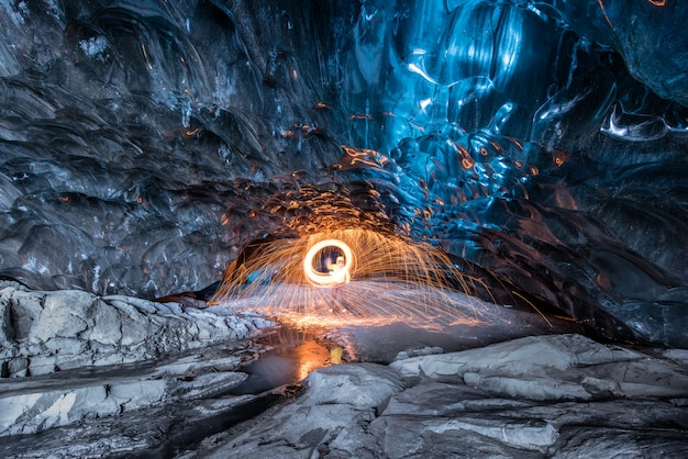 Wewnątrz i lodowa jaskinia na islandii