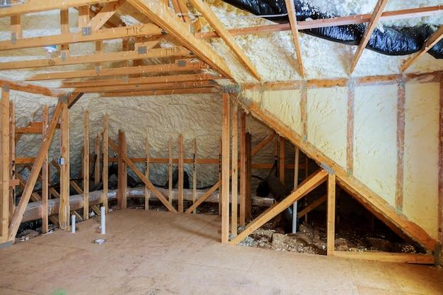 Wewnątrz izolacja cieplna ściany z wełny mineralnej drewniany dom, budynek w trakcie budowy