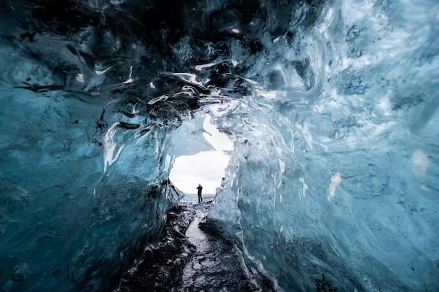 Wewnątrz jaskini lodowej na islandii