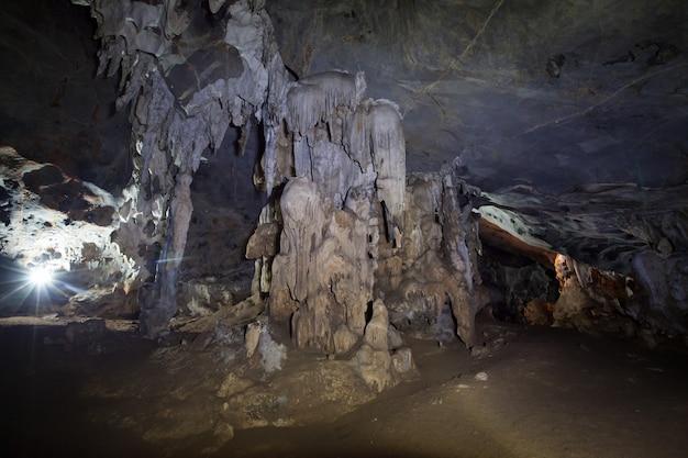 Wewnątrz jaskini w naturze nikt ze stalagmitami i stalaktytami w tajlandii.