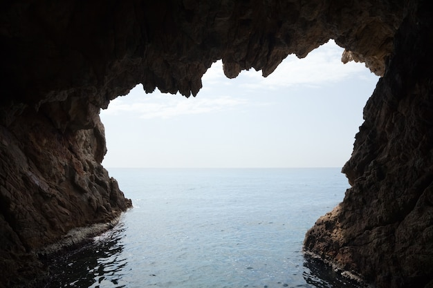 Wewnątrz jaskini w urwisku