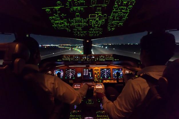 Wewnątrz kokpitu komercyjnego samolotu po wylądowaniu na pasie startowym.