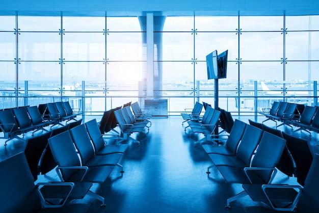 Wewnątrz lotniska - miejsca siedzące na lotnisku na dużym lotnisku