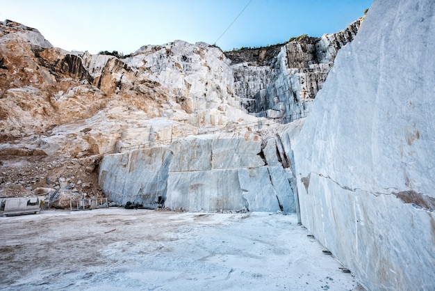 Wewnątrz marmurowej jaskini lub kopalni odkrywkowej