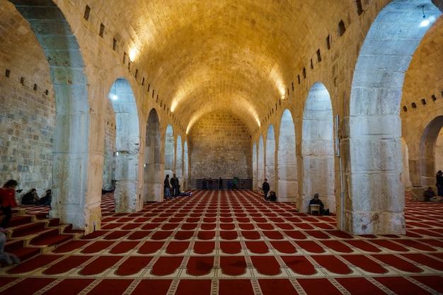 Wewnątrz meczetu al-aksa stare miasto w jerozolimie palestyna