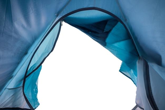 Wewnątrz niebieskiego namiotu kempingowego z otworem na białym tle