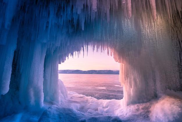Wewnątrz niebieskiej jaskini lodowej nad jeziorem bajkał, syberia, wschodnia rosja.