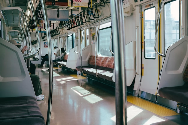 Wewnątrz pociągu metra