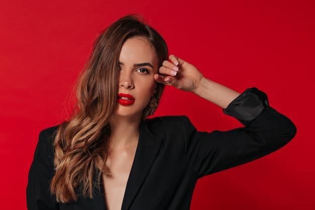 Wewnątrz portret uroczej uroczej kobiety z czerwonymi ustami, przygotowując się do walentynek