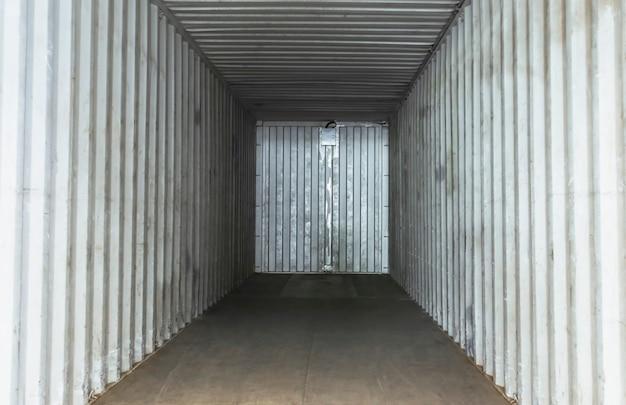 Wewnątrz pustego miejsca do przechowywania ładunku w kontenerach do przewozu ładunków