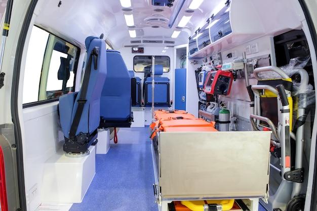 Wewnątrz samochodu pogotowia ze sprzętem medycznym, aby pomóc pacjentom