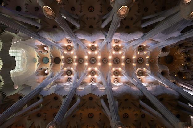 """Wewnątrz świątyni """"sagrada familia"""" w barcelonie, catalunya"""