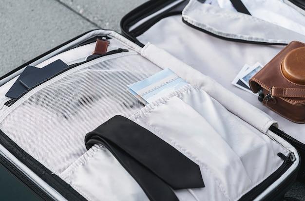 Wewnątrz walizki znajdują się rzeczy na wyprawę