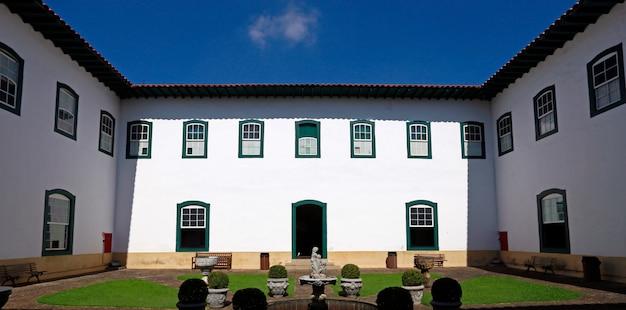 Wewnątrz widok na klasztor luz